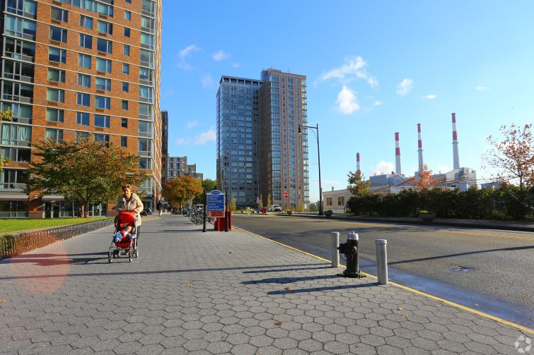 480 Main Street, at right (Photo: CoStar Group).
