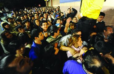 Shoppers wait outside a Best Buy store to open at 5 a.m. on November 28, 2008 in Los Angeles, California, on Black Friday.
