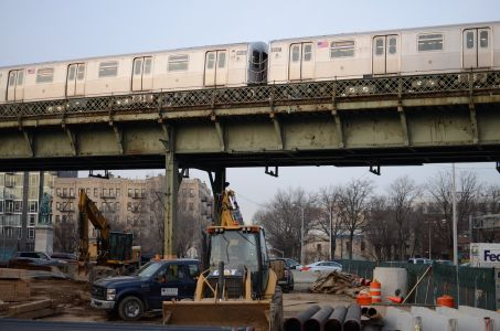 A subway train passes above a construction site in Williamsburg.